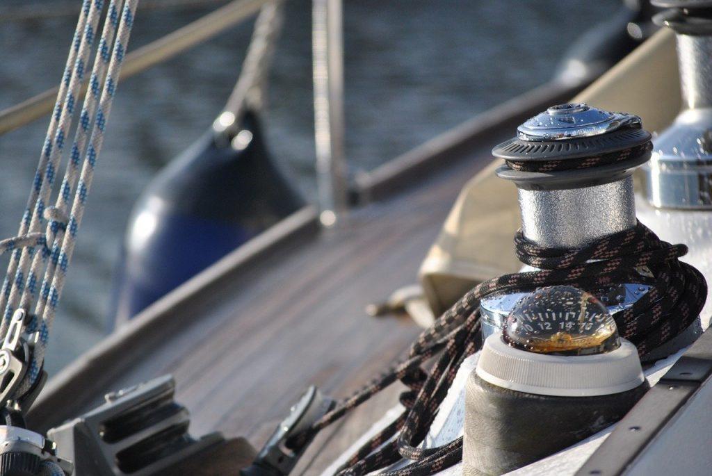 gros plan sur winch de bateau